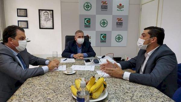 PREFEITO DE LEBON RÉGIS, DOUGLAS MELLO, PARTICIPA DE AUDIÊNCIA COM O SECRETÁRIO DE AGRICULTURA ALTAIR SILVA