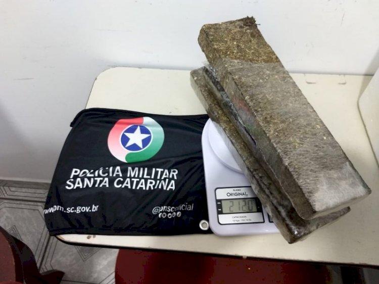POLÍCIA RODOVIÁRIA DE LEBON RÉGIS APREENDE 2,120 KG DE MACONHA EM VEÍCULO DE CORRIDA COM CHAMADA POR APLICATIVO