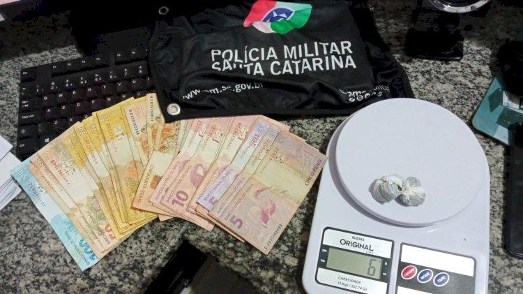 POLÍCIA RODOVIÁRIA ENCONTRA DROGA NA CALÇA DE CRIANÇA DE 7 ANOS